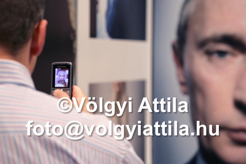 Putyin szemlélődik a World Press Photo kiállításon