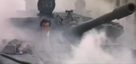 James Bond tankos üldözése Szentpétervár utcáin