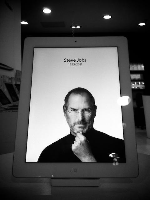 SteveJobs-iPad-RIP-photoHandras