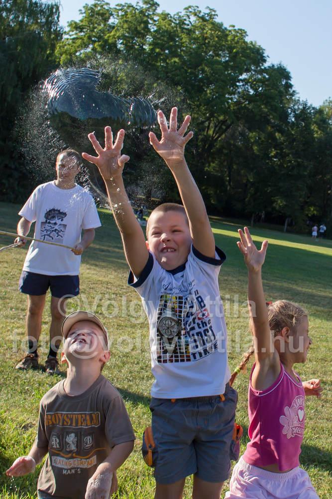 Kids burst bubbles<br>Photo by Attila Volgyi / blog.volgyiattila.hu