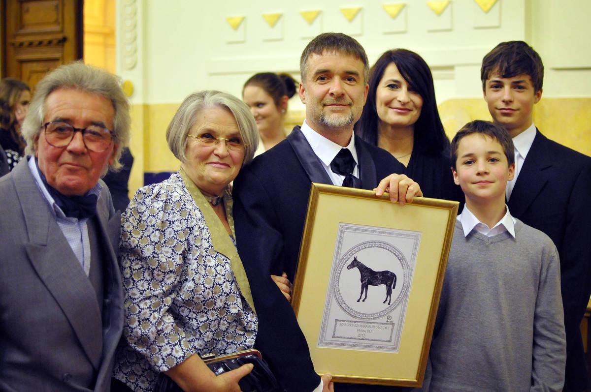 Attila Balazs és családja a díjjal