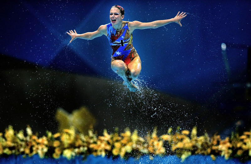 SyncrhonisedSwimmer jump fly water WorldPressPhoto photoWeiZheng World Press Photo 2013 pályázat   idén is sok az erőszak   de azért vannak közte csodaszép dolgok is