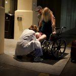 Szülés a kórház előtt, amit a fotós megörökített