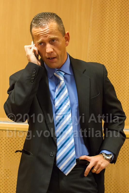 Schobert Norbi telefonál