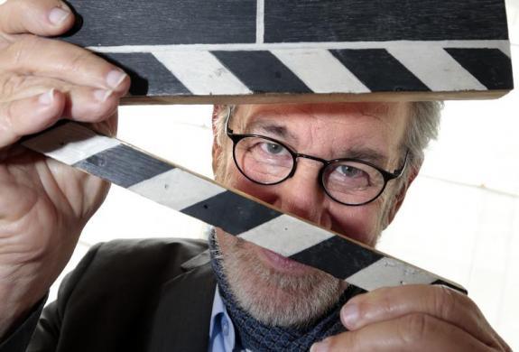 Steven Spielberg a csapóval - Fotó: Eric Gaillard / Reuters