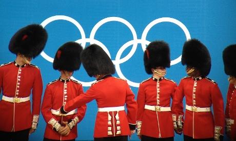 Angol katonák az Olimpiai öt karika alattFotó: Dan Chung/IPhone 4S/Canon távcső/Snapseed