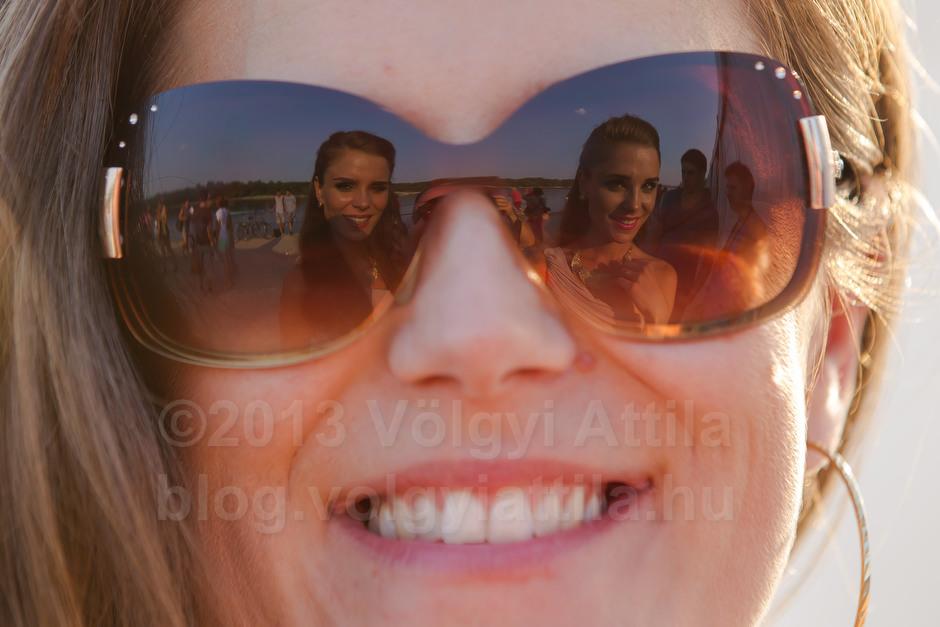 A Queens of Twins iker-szépségverseny szervezői, a Bíró ikrek, Bea és Niki tükröződnek harmadik szervező testvérük, Márta napszemüvegén az Ercsiben megrendezett Országos Ikertalálkozón.