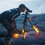 Hamis lángok közt pózolt a bátor vulkánfotós