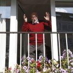 Paparazzi képek a Nobel-díjas örömmámoráról