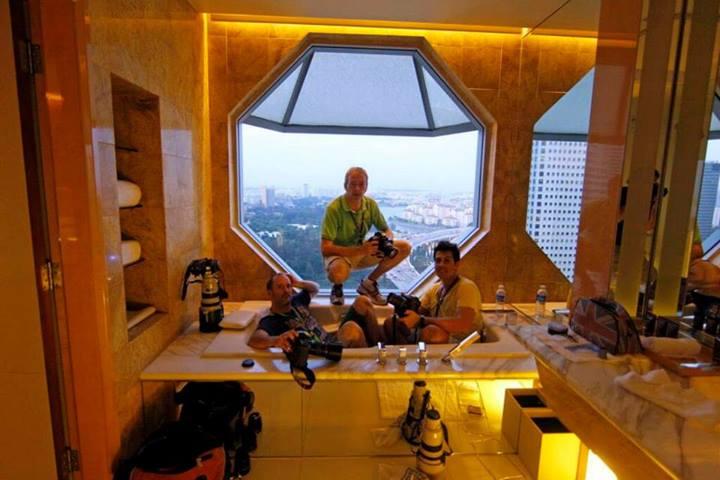 Fotósok a Ritz fürdőszobájában - Fotó: Lorenzo Bellanca