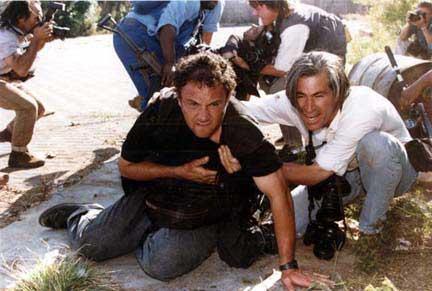 Thokoza, 1994. április 18. A sérült Greg Marinovichot James Nachtwey segíti, miközben João Silva felvételeket készít Gary Bernardról és egy békefenntartó katonáról, akik a halálos lövést szenvedett Ken Oosterbroeket viszik.Fotó: Juda Ngwenya