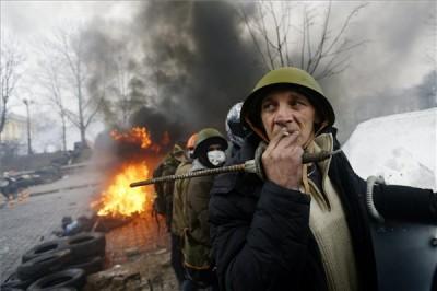 Kormányellenes tüntetők védelmi vonalat alkotnak a rohamrendőrökkel vívott összecsapások közben Kijevben, az Insztyitutszkaja utcában 2014. február 20-án.Fotó: Beliczay László/MTI