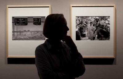 """Anja Niedringhaus az AP fotóriportere szemléli Irakban és Afganisztánban készült képeit az """"Anja Niedringhaus háborúban"""" címmel Berlinben nyílt kiállításán, 2011. Szeptember 9-én.Fotó: Markus Schreiber"""