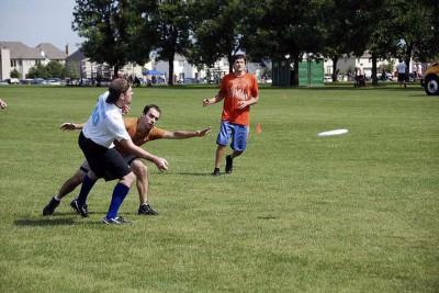 """Emberi szöveg: Férfiak csoportja frizbit játszik a parkban. Gépi szöveg: """"Egy csoport fatal ember frizni játékot játszik"""