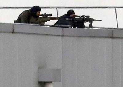 Francia különleges alakulatok mesterlövészei elfoglalták helyüket egy háztetőn a túszejtés helyszínén Dammartin-en-Goele-ben, Párizstól észak-keletre, 2015. Január 9-én.Fotó: Eric Gaillard/Reuters
