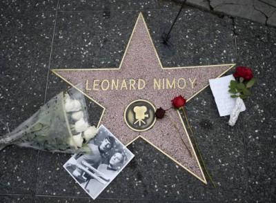 Rajongók gyászolják Leonard NimoytVirágok, köszönő üzenetek és egy fénykép hever Leonard Nimoy hollywoodi csillaga mellett a kaliforniai Los Angelesben, 2015. Február February 27-én.Fotó: Kevork Djansezian/Reuters