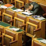 Halálos unalom a Parlamentben – fotózni is