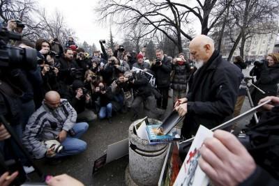 Szerb fotósok tüntetése a parlament előttDragoljub Zamurovic (j) fotóriporter megsemmisíti képeit egy a szerb parlament előtt tartott tüntetésen, Belgrád, Szerbia, 2016. január 26.Fotó: Marko Djurica/ReutersTovábbi fotókért katt a képre!