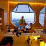 Három fotós egy fürdőkádban a város felett