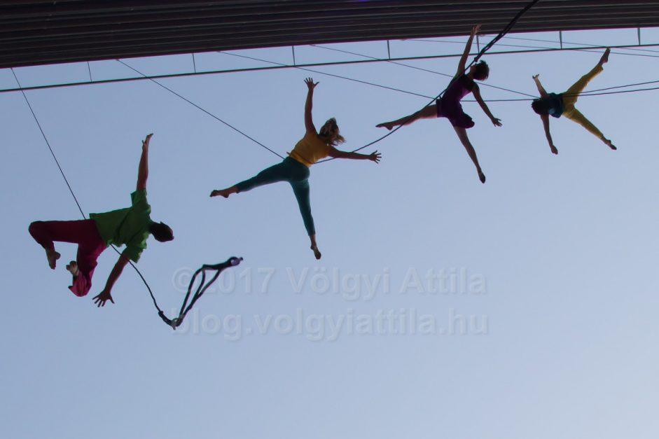 Kálvin téri irodaház falán tánncolt a Bandaloop