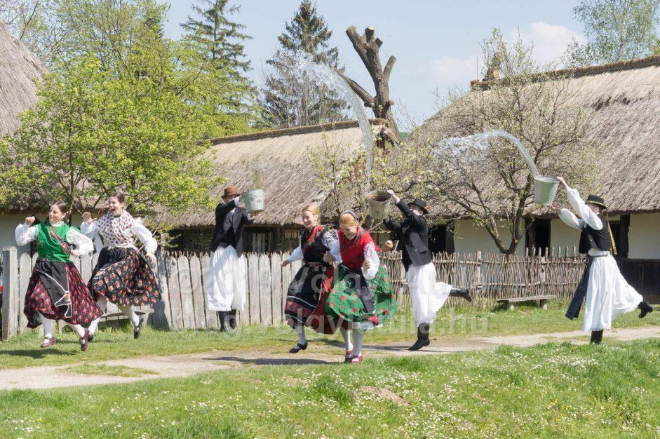 http://photos.volgyiattila.hu/gallery/Easter-Watering-in-Szenna-2019/G00008ruA.sUWxjo/C00001Lm1vCVK_Hs